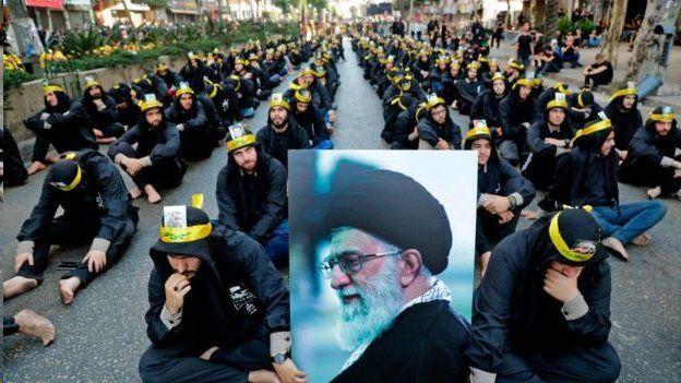حامیان حزب الله در بیروت با تصویری از آیت الله خامنه ای، رهبر ایران
