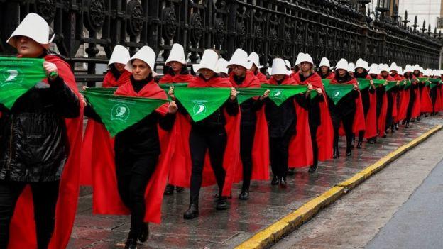 """Mujeres a favor de la despenalización marchan frente al Congreso como personajes de la novela distópica """"El cuento de la criada"""""""