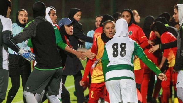 کتککاری در لیگ فوتبال زنان ایران؛ یک بازیکن روانه بیمارستان شد + عکس