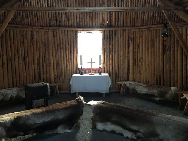 Interior de la iglesia Sami de Anna Kuoljok.