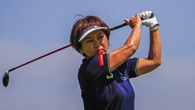 Mujer jugando golf