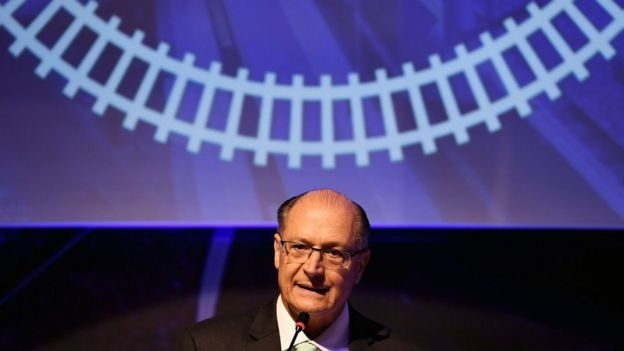 Geraldo Alckmin fala pelo microfone