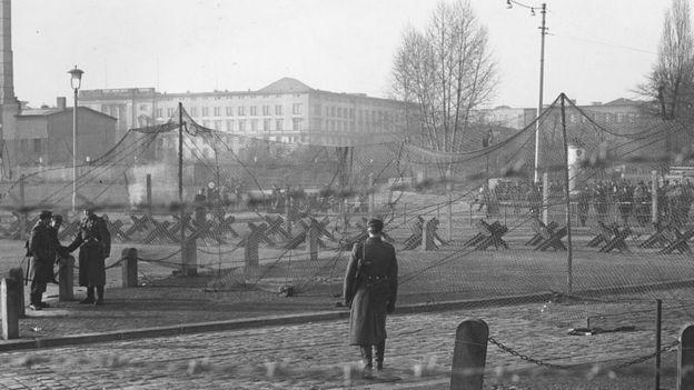جدار برلين شمل حواجز، وحقول ألغام، وحراس مسلحين
