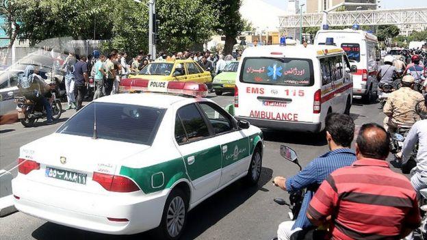 خودروهای پلیس و امداد در اطراف ساختمان مجلس