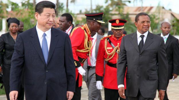 Chủ tịch TQ Tập Cận Bình và Tổng thống Tanzania Jakaya Kikwete trong chuyến đi thăm ba nước châu Phi của ông Tập năm 2013