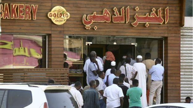 طوابير لشراء الخبز في الخرطوم