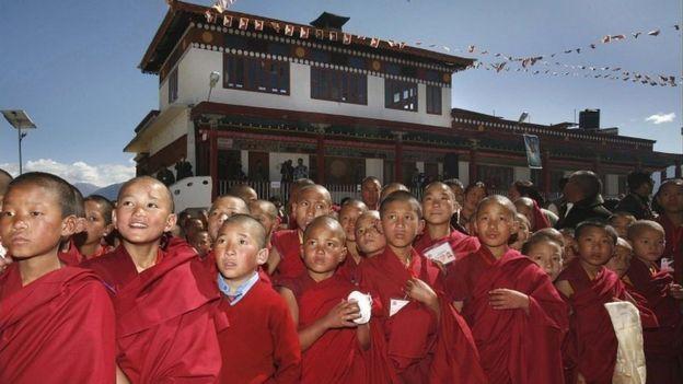 比邻西藏的印度阿鲁纳恰尔邦的寺院小僧人等待达赖喇嘛到来