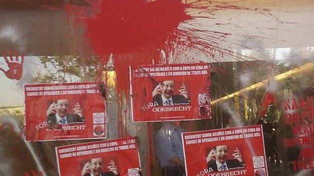 Cartazes contra a Odebrecht num protesto em 2014