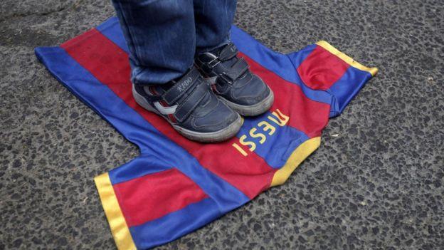 Un niño pisotea una camiseta de Lionel Messi