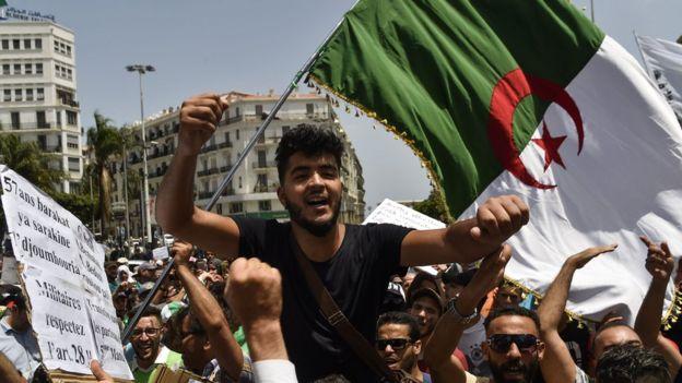 اعتراضهای خیابانی در الجزایر به پایان نرسیده و معترضین همچنان خواستار برکناری سیاستمداران وابسته به بوتفلیقه هستند. تصویری از اعتراض روز سهشنبه هفته جاری