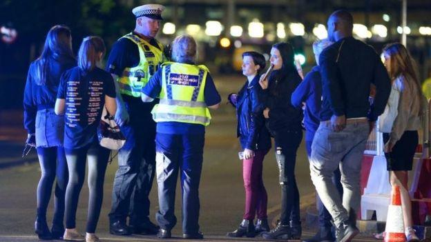 Policías y asistentes