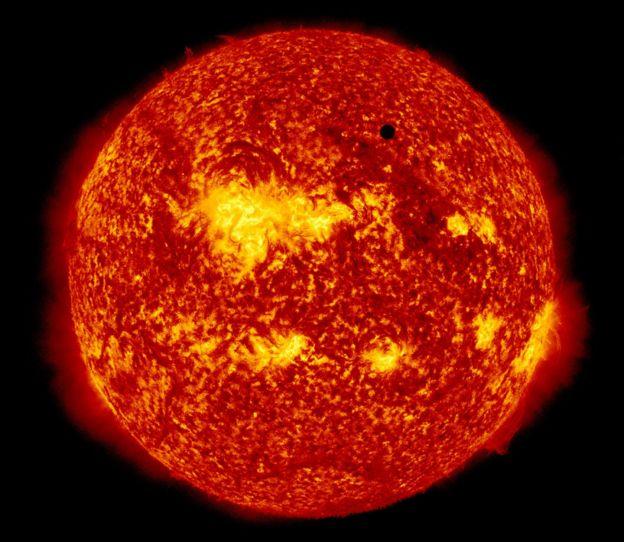 Imagen del Sol tomada por un satélite de la NASA. El punto oscuro es Venus.