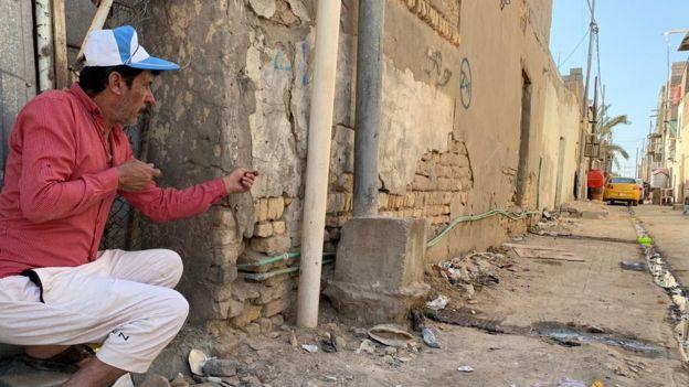 Mosavi'nin abisi kardeşinin vurulduğu yeri gösteriyor