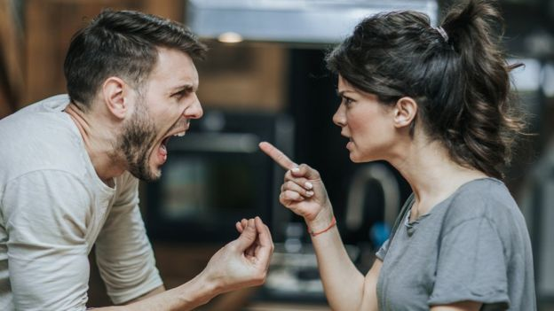 Una pareja discutiendo.