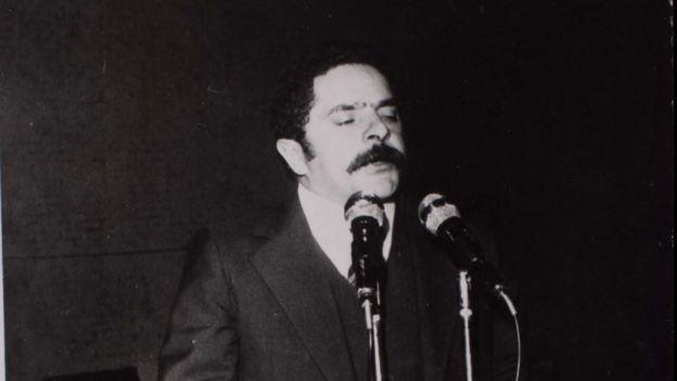 Lula fala no microfone na posse no Sindicato dos Metalúrgicos do ABC, em 1978, dois anos antes da prisão.