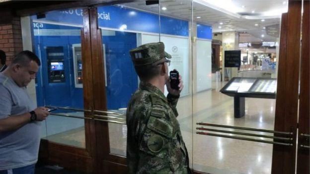 Militar con intercomunicador.