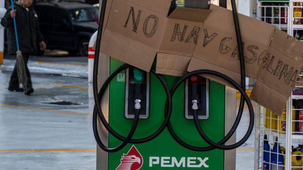 """Cartel en una estación que dice """"No hay gasolina""""."""