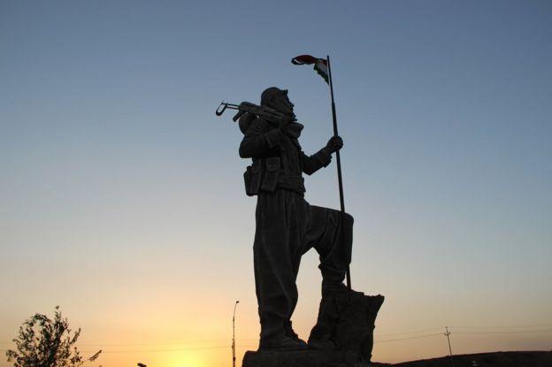 Devasa bir Peşmerge heykeli