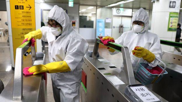 Profesionales de la limpieza desinfectan una estación de metro.