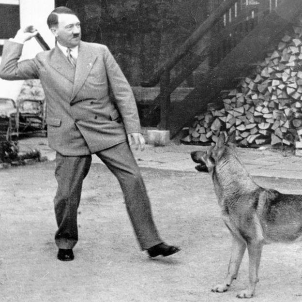 Hitler con un perro.