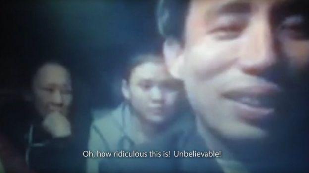 Một cảnh trong phim: Hoàng Bình cùng một số người dân trong ô tô sau khi bị công an chặn phủ bạt và đâm lủng lốp xe.