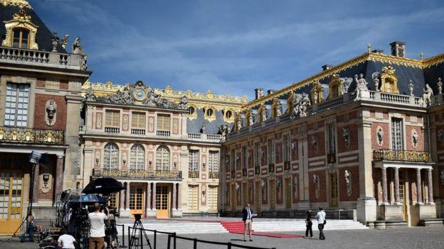 France\'s Macron holds \'frank exchange\' with Putin - BBC News
