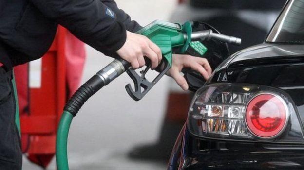 Homem botando gasolina