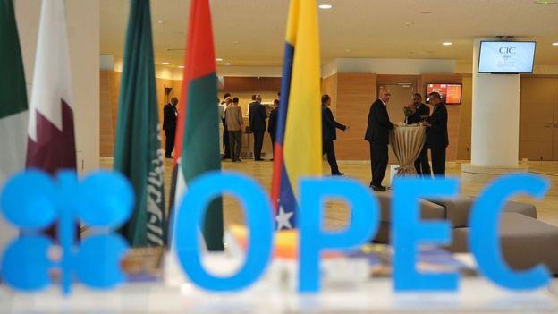 Participantes a la sesión de apertura de la 15 edición del Foro Internacional de la Energía, celebrada en Argel el 27 de septiembre de 2016.