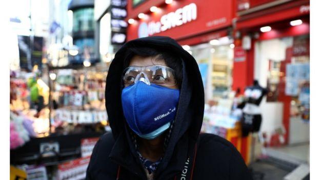 человек в маске в торговом центре Сеула