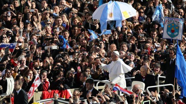 Em foto de 2013, Francisco chega à Praça São Pedro para sua primeira missa como papa