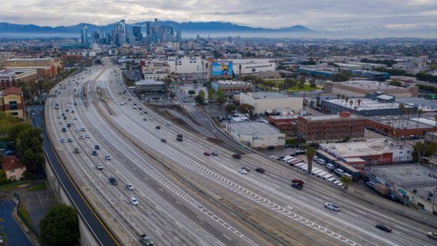Autopistas vacías en Los Ángeles.