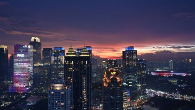 Vista aérea de prédios em Jacarta durante o pôr do sol