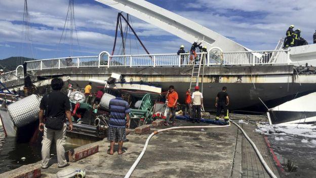 宜兰县救援部门指出,当地一辆油罐车驶过后不久,大桥就倒塌。