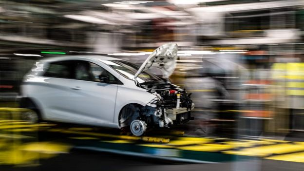 Линия сборки гибридных Nissan Micra и электромобилей Renault Zoe на заводе во Франции