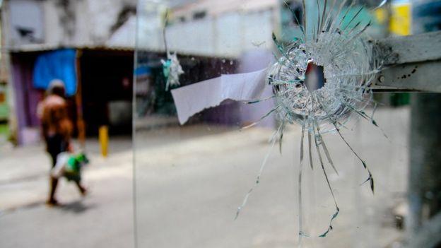 Una marca de bala sobre un vidrio.