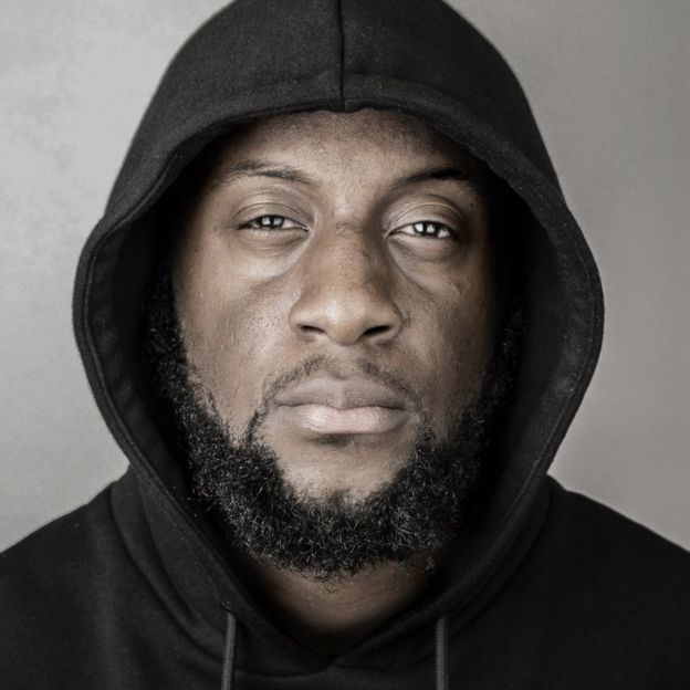 William Adoasi vistiendo una sudadera con capucha