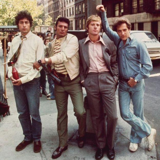 """De izquierda a derecha, los actores Paul Sand, Ron Leibman, Robert Redford y George Segal en el cartel de """"The Hot Rock"""" (Una diamante al rojo vivo), rodada en Nueva York, 1972."""