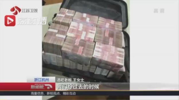 La mujer dejó la maleta en el bar por considerar que la suma no era suficiente. Foto: JIANGSU TV