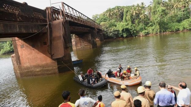 Indian rescue workers and navy divers look for survivors near the foot bridge collapse site in Curchorem, South Goa on May 19, 2017