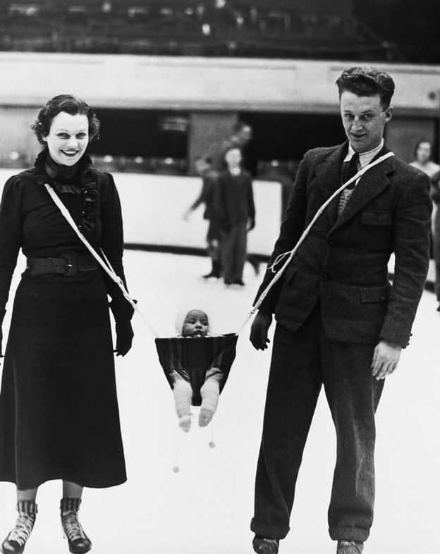 Jack Milford, jugador de hockey sobre hielo, inventó este dispositivo para poder patinar junto a su hijo y esposa. Abril de 1937