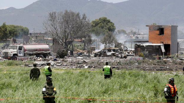 Vehículos y casas dañadas