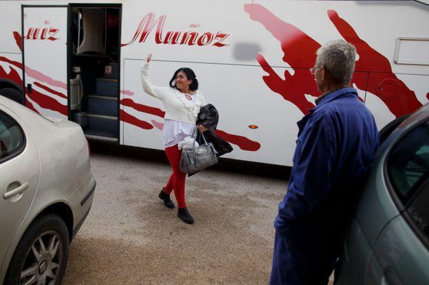 фермер смотрит, как женщина сходит с автобуса