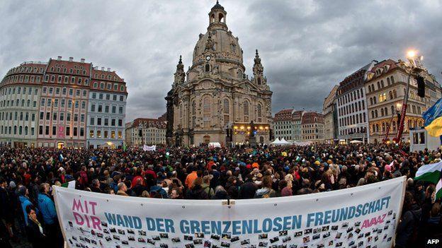 反对极右翼佩吉达运动的民众也在德累斯顿举行抗议示威。
