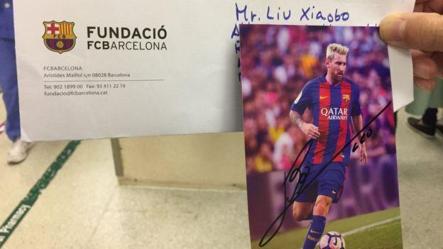 林子健展示梅西寄給他,讓他轉交劉霞的簽名