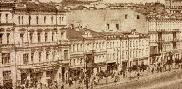 Торгзін у Києві містився на Хрещатику в триповерховому будинку (на фото - в центрі) праворуч гастронома