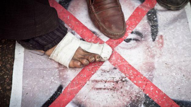 Protes terhadap Mubarak meledak di Mesir tahun 2011, dan ia dipaksa untuk turun.