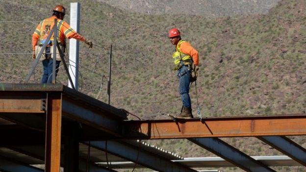 Trabajadores en una obra de construcción.
