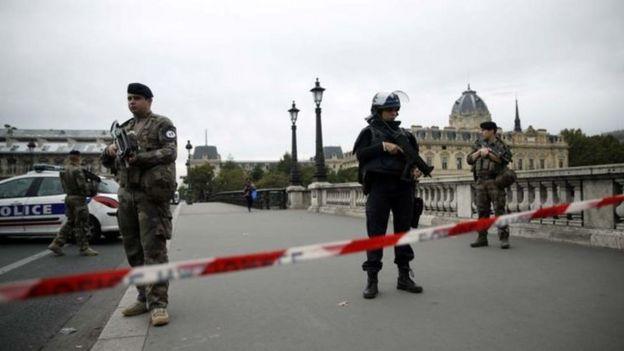 رجال شرطة في باريس
