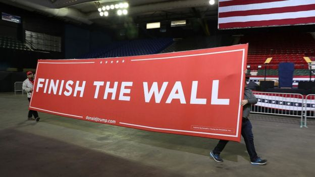 "Cartel que dice ""Termina el muro"" (Finish the Wall)"