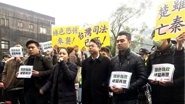 """新黨的支持者指責搜索王炳忠等人住處是""""綠色恐怖""""。"""